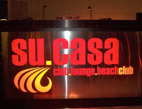 Dj Pult mit leuchtendem Club Logo