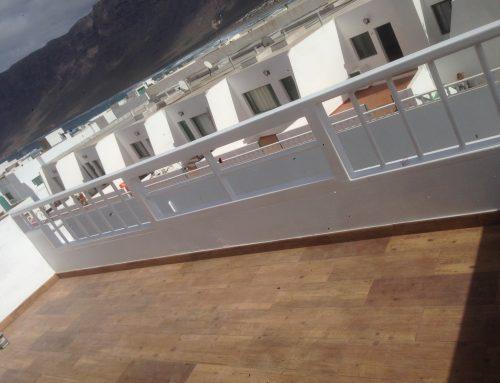 Balkon Geländer & Holzfliesen Boden