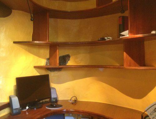Büro in Ovalform mit Ordnerregalen